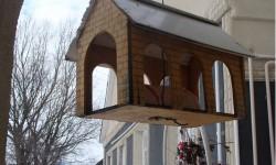 Как сделать красивую и прочную кормушку для птиц