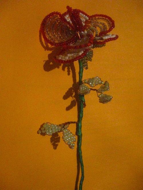 Красивая роза из бисера получилась.  Вам понравилась.  Нажмите на кнопки социальных сетей внизу статьи...