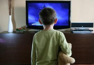 ребенок смотрит телевизор. Вредно ли это.