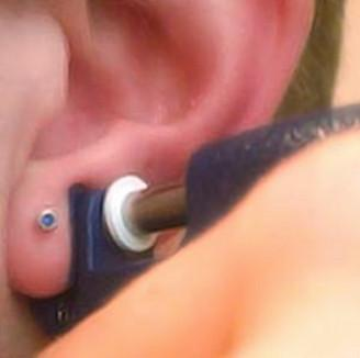 как прокалывают уши девочкам