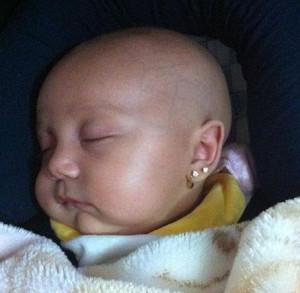 можно ли прокалывать уши новорожденным