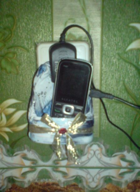 телефон в чехле из пластиковой бутылки
