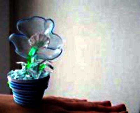 цветок из пластиковых бутылок в горшочке