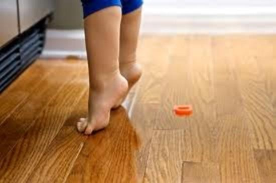 ребенок ходит на цыпочках