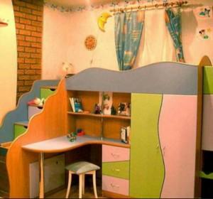 детский стол в спальне родителей