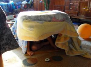 импровизированный шалаш в квартире