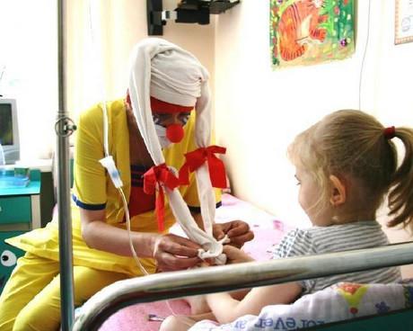 клоуны в больнице помогают детям выздороветь