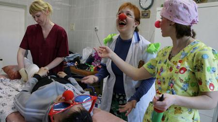 клоуны в больнице снимают боль