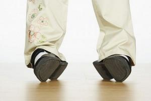 стоптанная детская обувь