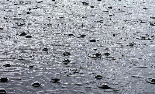 пузыри дождя на воде
