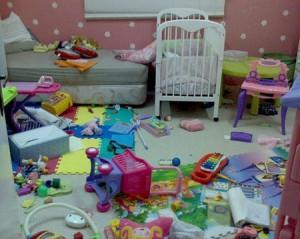 ребенок разбрасывает игрушки