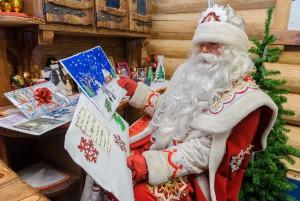 Дед Мороз читает письма детишек