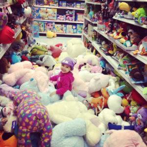 Как выбрать ребенку игрушку в магазине
