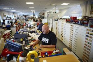 конструкторы на заводе Лего