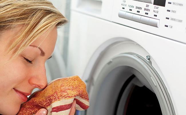 женщина и стиральная машина