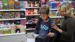 с ребенком в книжном магазине