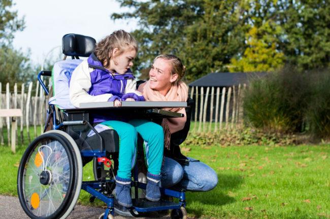 безопасная детская инвалидная коляска