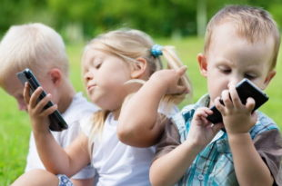 ребенок общается только со смартфоном