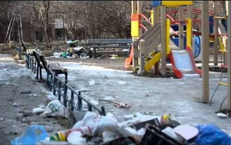 Иркутск. мусор на детской площадке