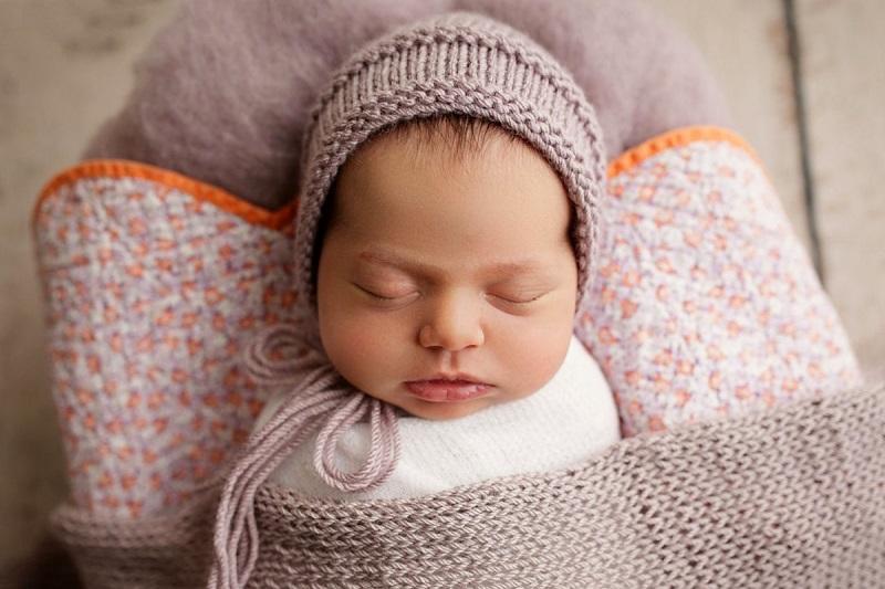 красивая вязаная шапочка для новорожденного