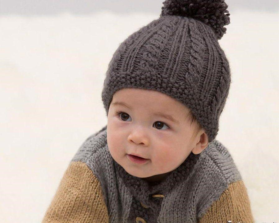 Вязаная шапочка для мальчика с косами