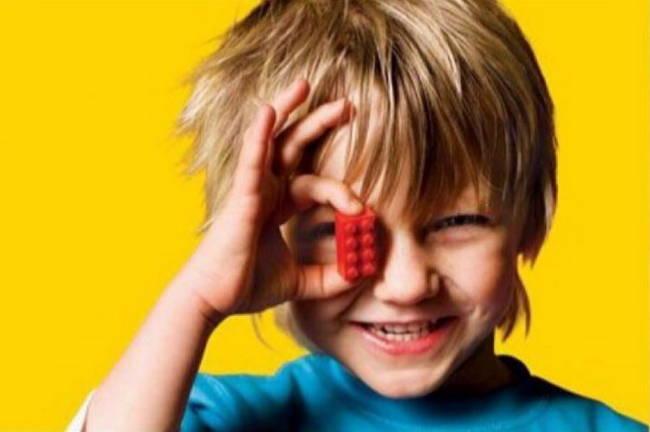 лучшим подарком для ребенка является игрушка. пусть маленькая но игрушка