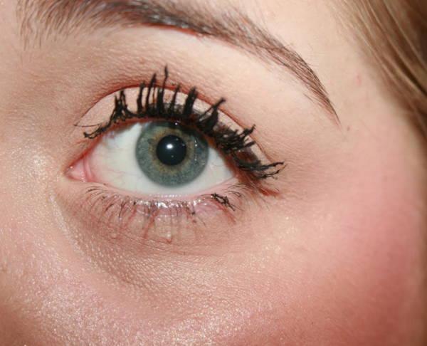 слипшиеся комочком реснички - нередкое явление при макияже